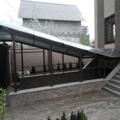Навіс над сходинками до підвального приміщення із стільникового полікарбонату