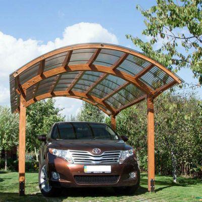 вигнутий дерев'яний навіс автомобіля спереду з монолітного профільованого хвилястого полікарбонату